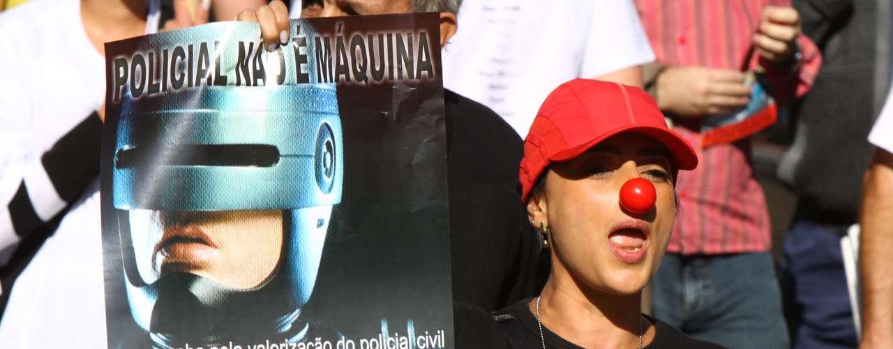4 de julho - Protesto de policiais e agentes penitenciários bloqueia a avenida Paulista em São Paulo