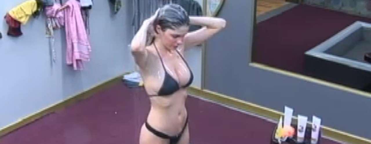 Bárbara Evans escolheu um biquíni preto comportado para tomar uma ducha na tarde de quinta-feira (4), na sede da Fazenda.