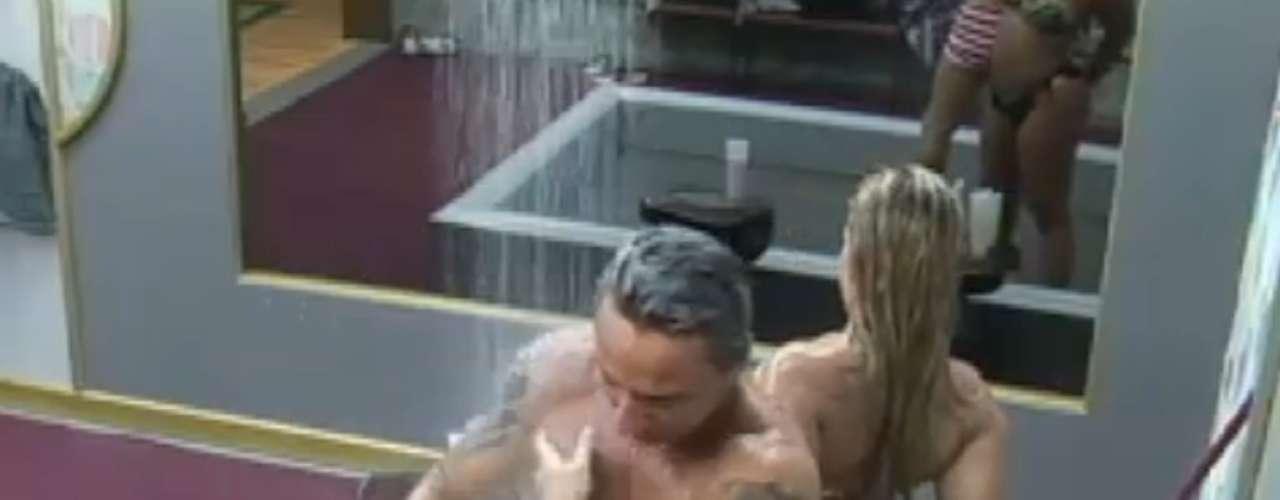 Paulo Nunes e Yani de Simone tomaram banho juntos nesta quinta-feira (4). O ex-jogador reclamou da água gelada. Os peões ainda estão sem água quente, devido a uma punição pelo mau uso dos microfones