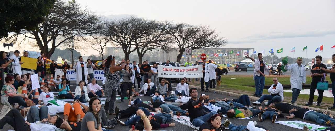 4 de julho-Profissionais de saúde fazem passeata na Esplanada dos Ministérios pela melhoria dos serviços de saúde e contra a aprovação do projeto que regulamenta o Ato Médico