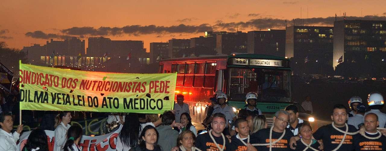 4 de julho- Profissionais de saúde fazem passeata na Esplanada dos Ministérios pela melhoria dos serviços de saúde e contra a aprovação do projeto que regulamenta o Ato Médico
