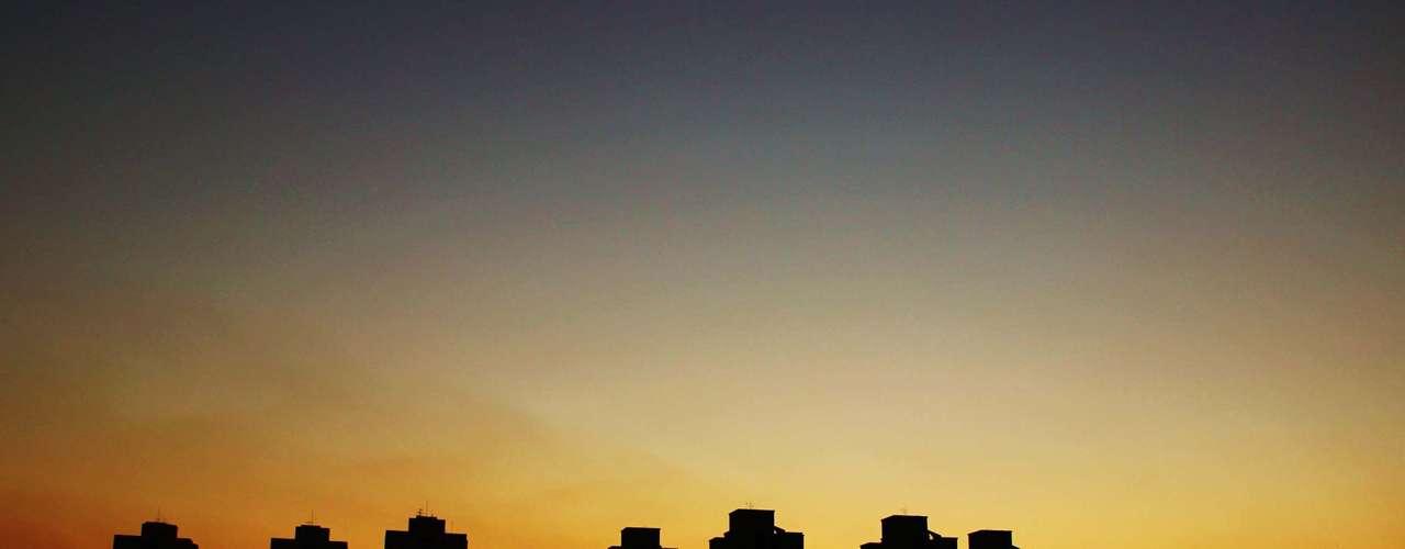 5 de julho Após dia de calor, São Paulo tem belo pôr-do-sol