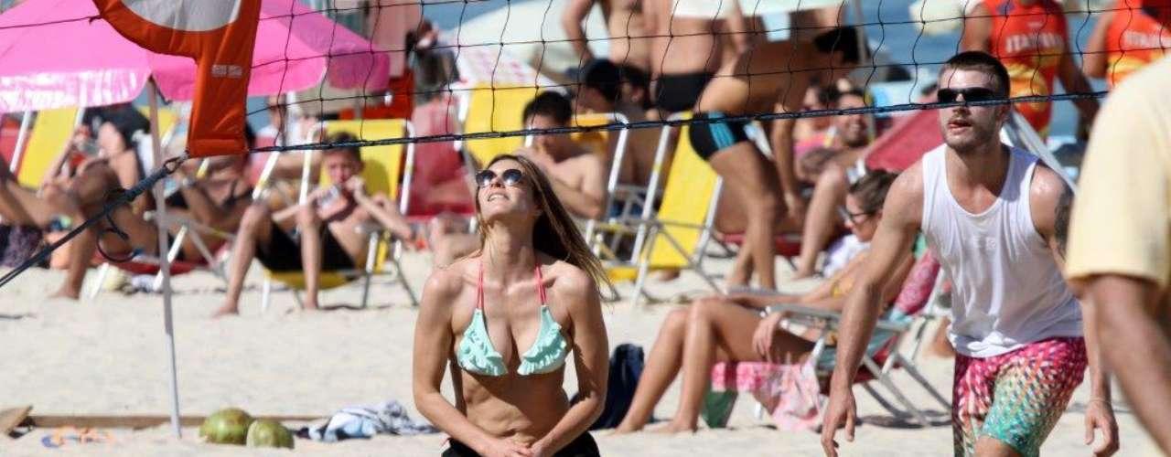 Julho 2013-Fernanda Lima e Rodrigo Hilbert foram clicados neste sábado (6) jogando vôlei com amigos, na praia do Leblon, no Rio. O casal ainda foi simpático com os fãs, ao posar para fotos, e depois se banharam no mar