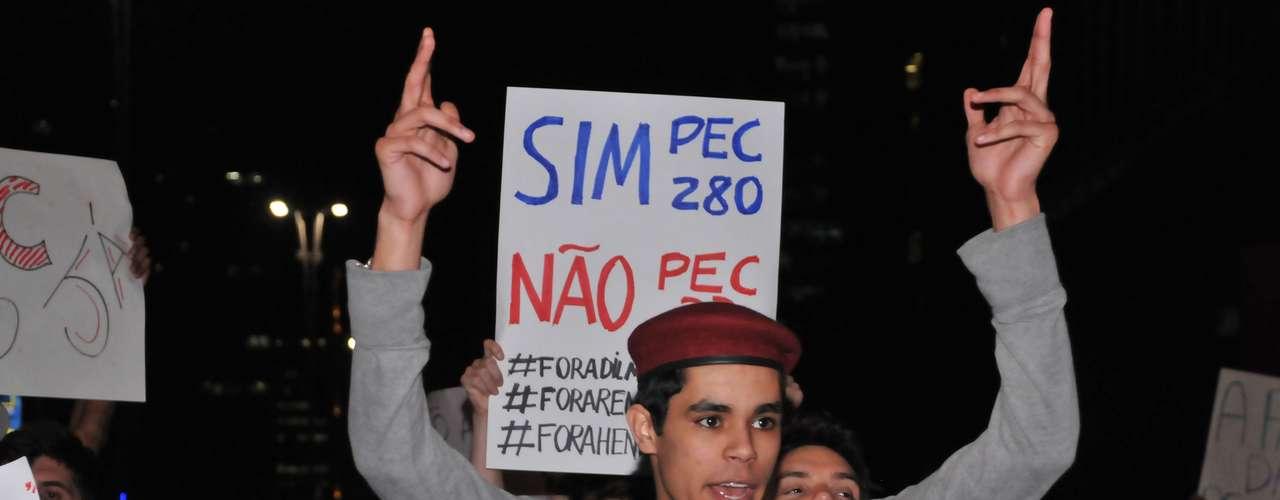 5 de julho - Um grupo de 60 pessoas interrompeu o tráfego na avenida Paulista, em São Paulo, em protesto contra a PEC 33