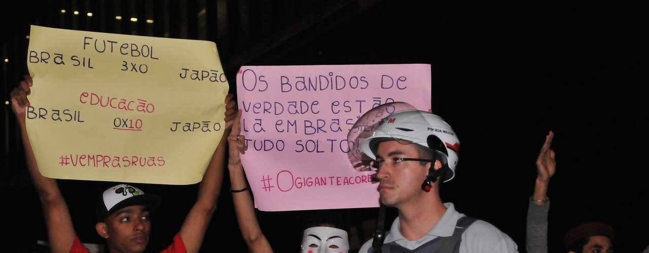 5 de julho - Com cartazes e buzinas, os manifestantes que foram à avenida Paulista, em São Paulo, pediam a redução do número de deputados federais e a saída do presidente do Senado, Renan Calheiros (PMDB-AL)