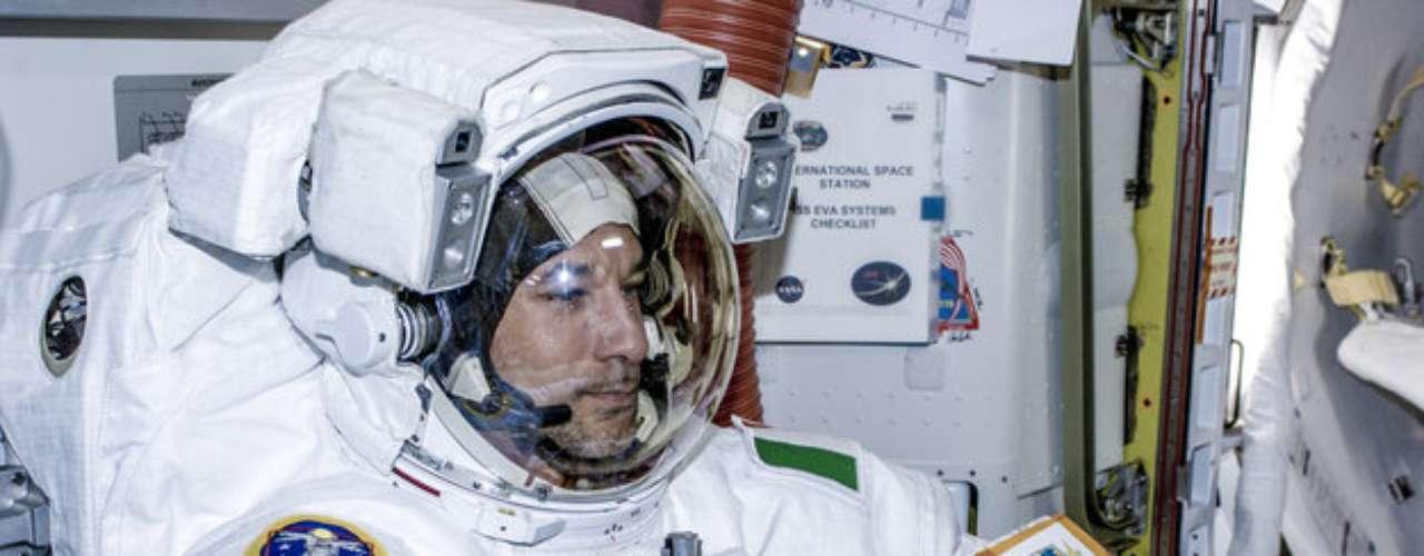 8 de julho - Imagem mostra oastronauta italiano Luca Parmitano, uma das seis pessoas atualmente vivendo na Estação Espacial Internacional, que no dia seguintefaráuma caminhada no espaço, a primeira deum europeu desde 2009, e a primeira da história por um italiano. \