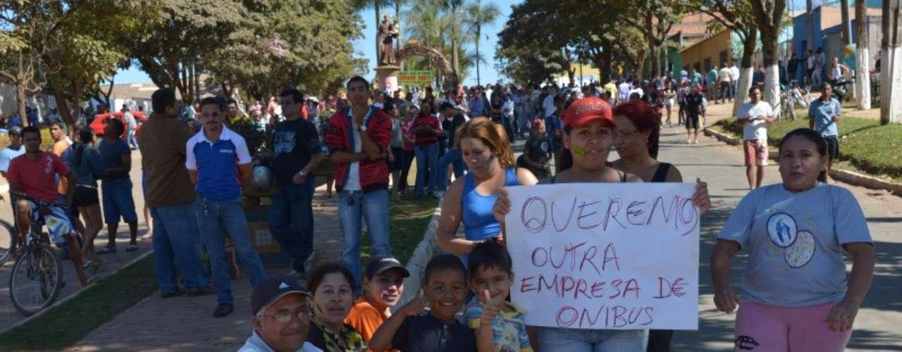 8 de julho -Os moradores reivindicam a quebra do monopólio da empresa Taguatur, que, segundo eles, não tem frota suficiente para atender à demanda dos moradores que precisam se deslocar para o Plano Piloto, área central de Brasília