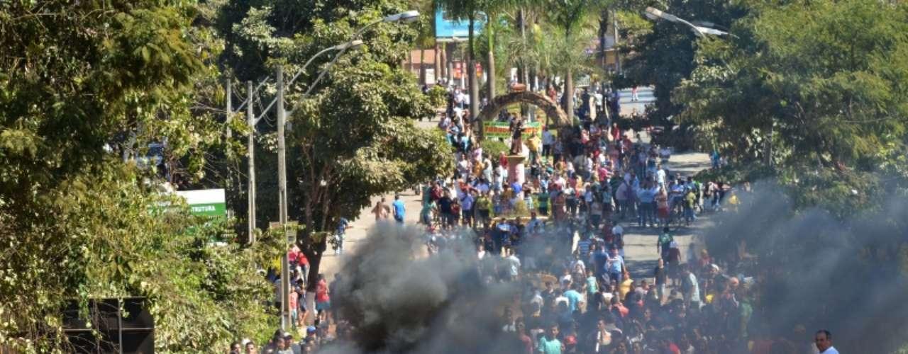 8 de julho -Moradores fazem manifestação por melhorias no transporte público na cidade de Santo Antônio do Descoberto (GO), na manhã desta segunda-feira