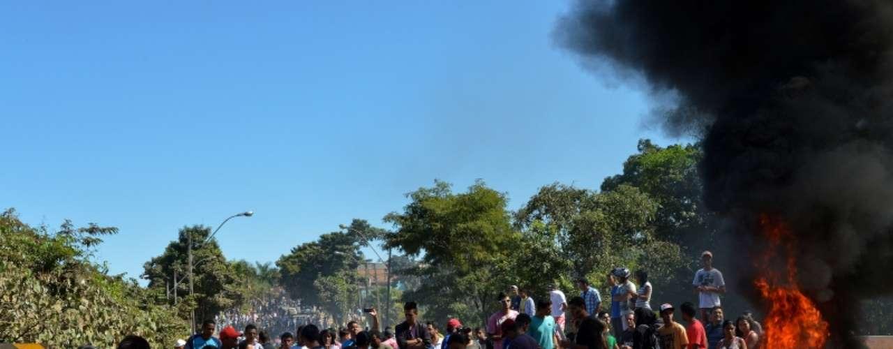 8 de julho - Os moradores chegaram a queimar pneus na ponte que dá acesso à cidade