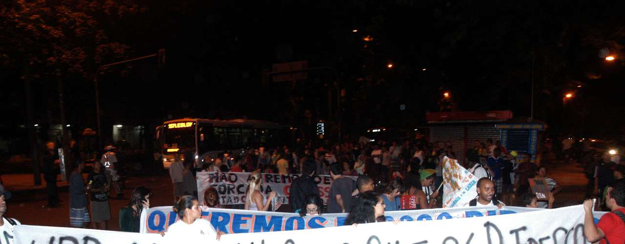 8 de julho -Protesto de moradores da comunidade do Santa Marta na praça Corumbá, em Botafogo, no Rio de Janeiro, nesta segunda-feira. A primeira UPP foi instalada na Favela Santa Marta em 20 de novembro de 2008, mas os moradores afirmam que o local 'está muito longe de ser modelo'