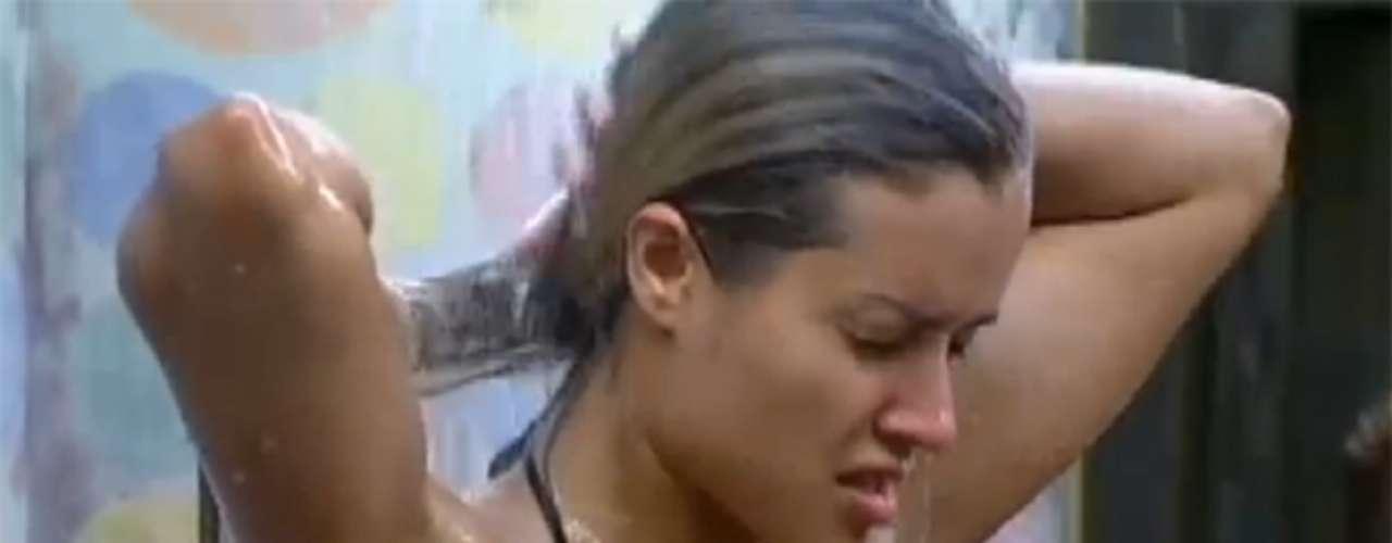 Aryane Steinkopf fez a alegria do público masculino do reality show 'A Fazenda 6', da TV Record, na manhã desta terça-feira (9). Com um biquíni bem pequeno, a ex-panicat exibiu sua boa forma enquanto tomava banho sozinha