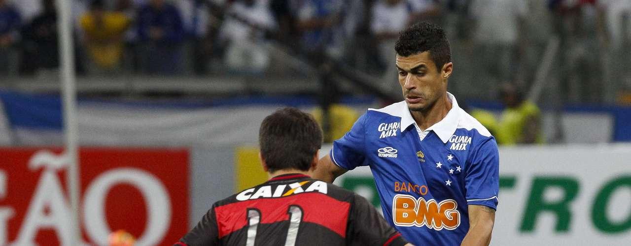 Egídio encara marcação do Atlético-GO em Belo Horizonte