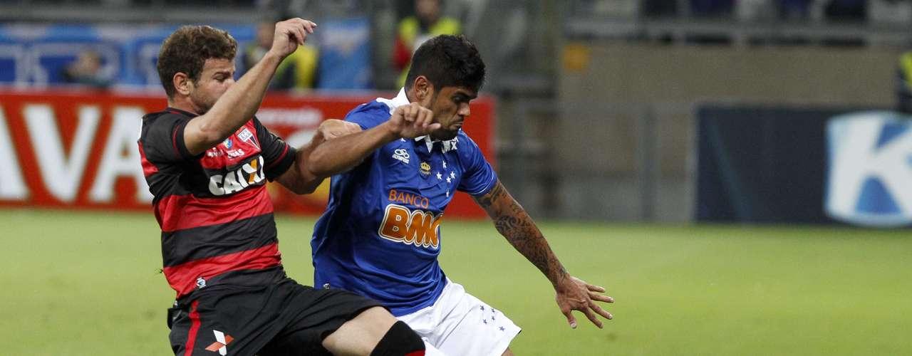 Luan sofreu com a marcação do Atlético-GO na partida de ida da terceira fase da Copa do Brasil