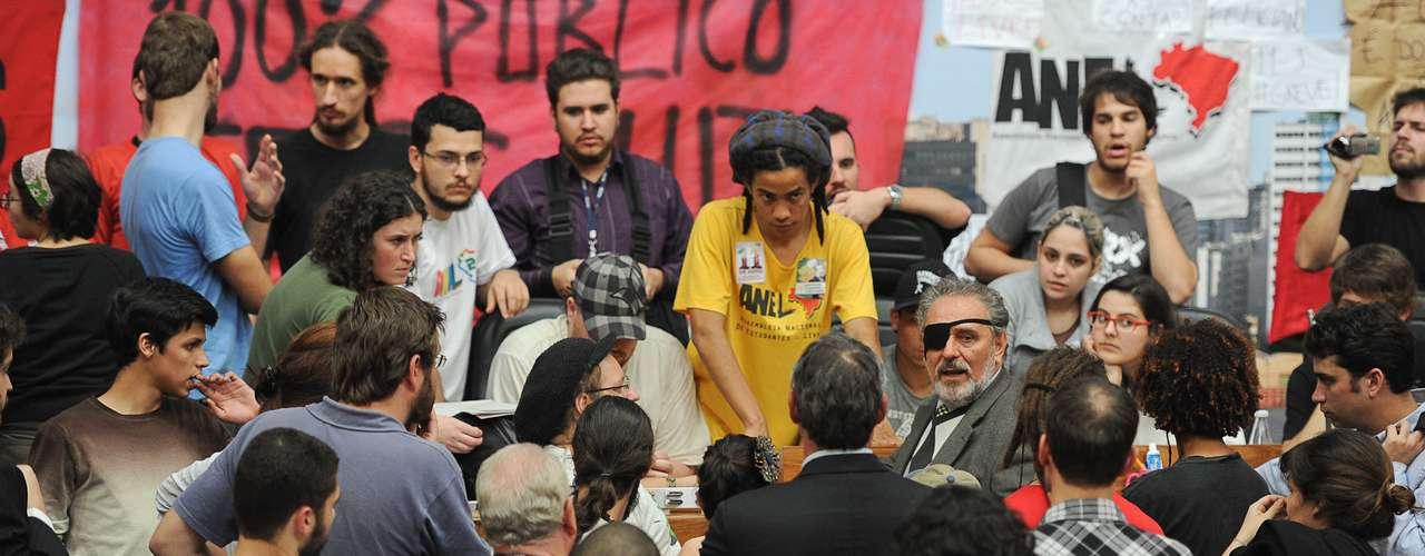 10 de julho -Na foto, vereador Bernardino conversa com estudantes durante ocupação