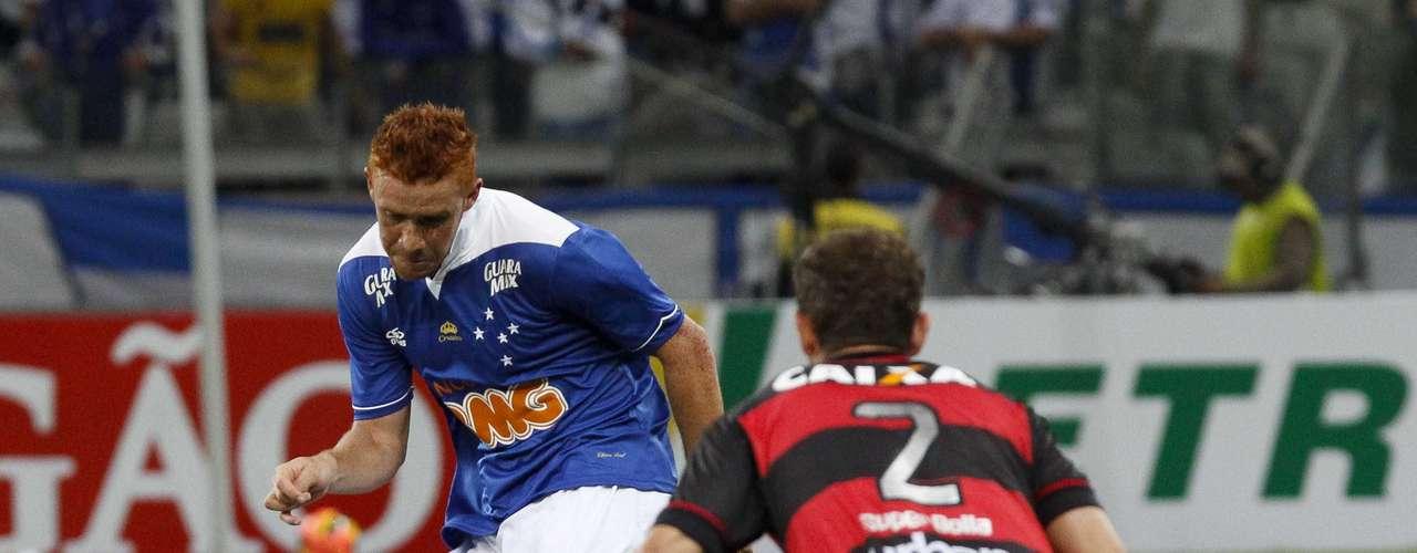 Souza tenta jogada no Mineirão, durante confronto entre Cruzeiro e Atlético-GO pela Copa do Brasil