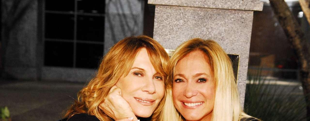 Susana posa ao lado de Renata Sorrah, nos bastidores da novela 'Duas Caras'