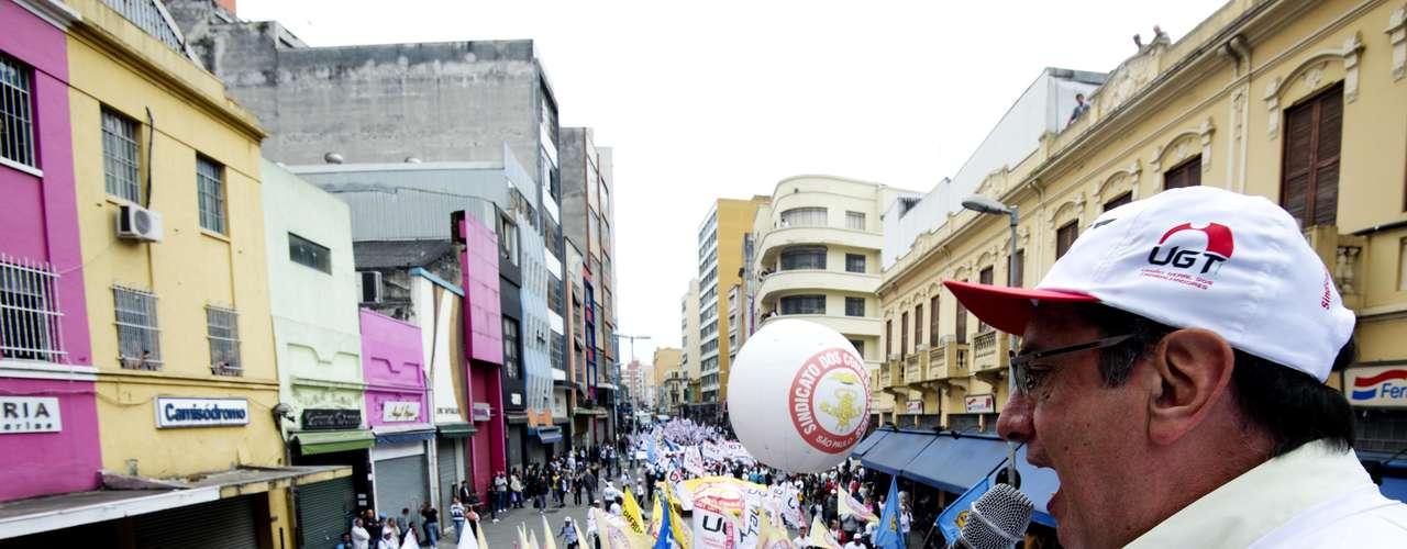 São Paulo Munidos de cartazes, apitos e com camisetas brancas, o grupo seguiu o trajeto no Centro ao som de rojões e puxado por um pequeno carro de som