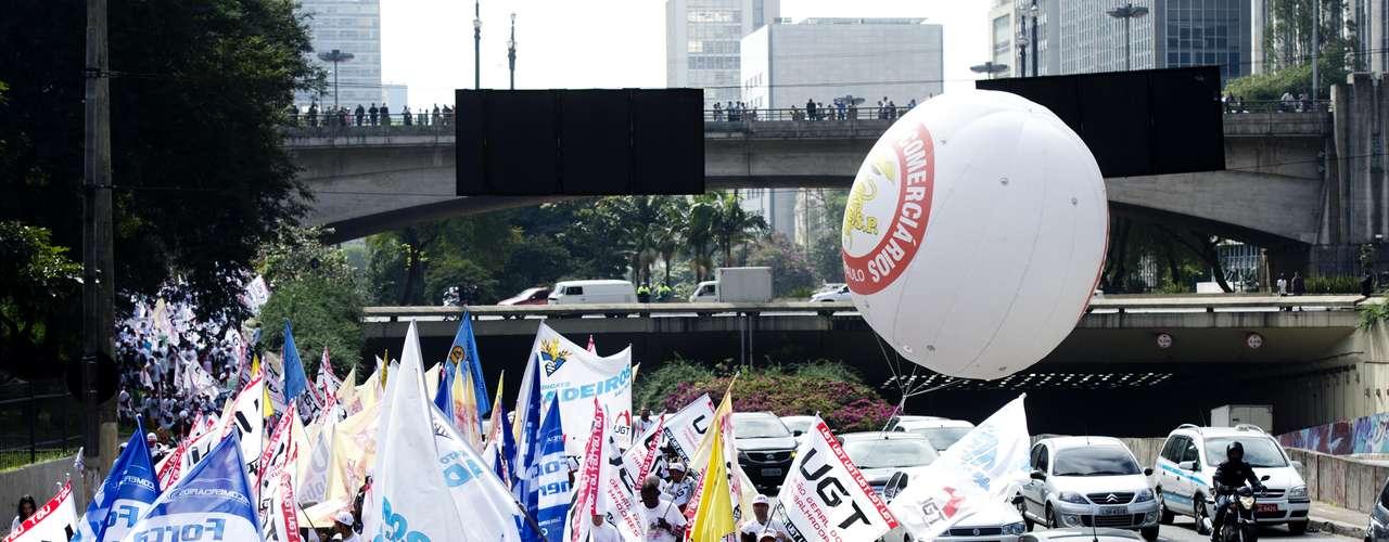 São Paulo Com faixas e bandeiras, grupo avança pelas ruas da cidade