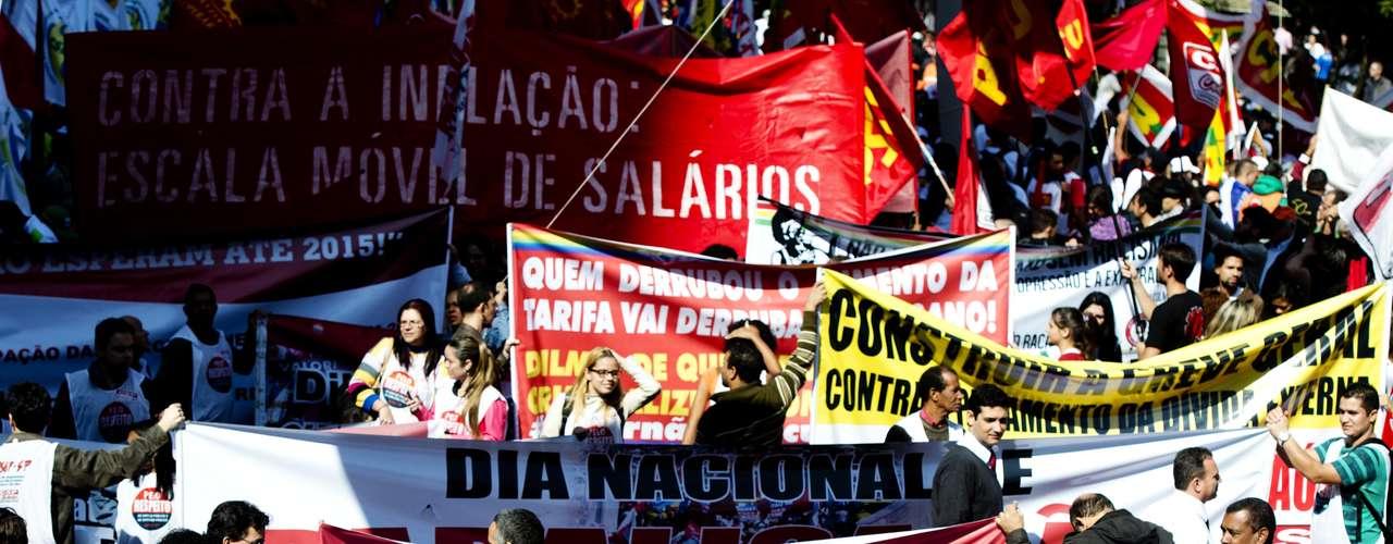 São Paulo Manifestantes usaram bonecos pedindo a saída do deputado Pastor Marco Feliciano e chamando a presidente de \
