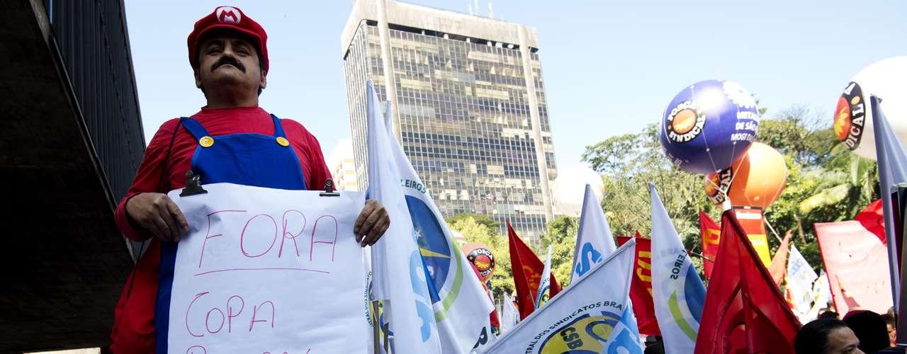 São Paulo Com roupa do Mario Bros, manifestantes leva seu cartaz à região central de São Paulo