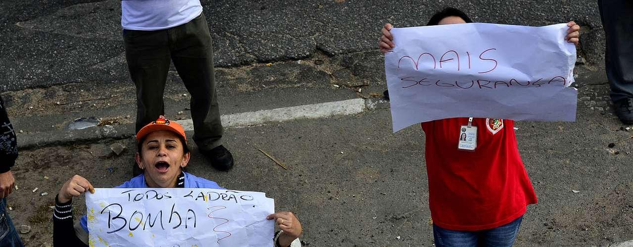 São Paulo Os manifestantes, em sua maioria carregando bandeiras de sindicatos e partidos políticos de esquerda, bloquearam estradas e vias das cidades