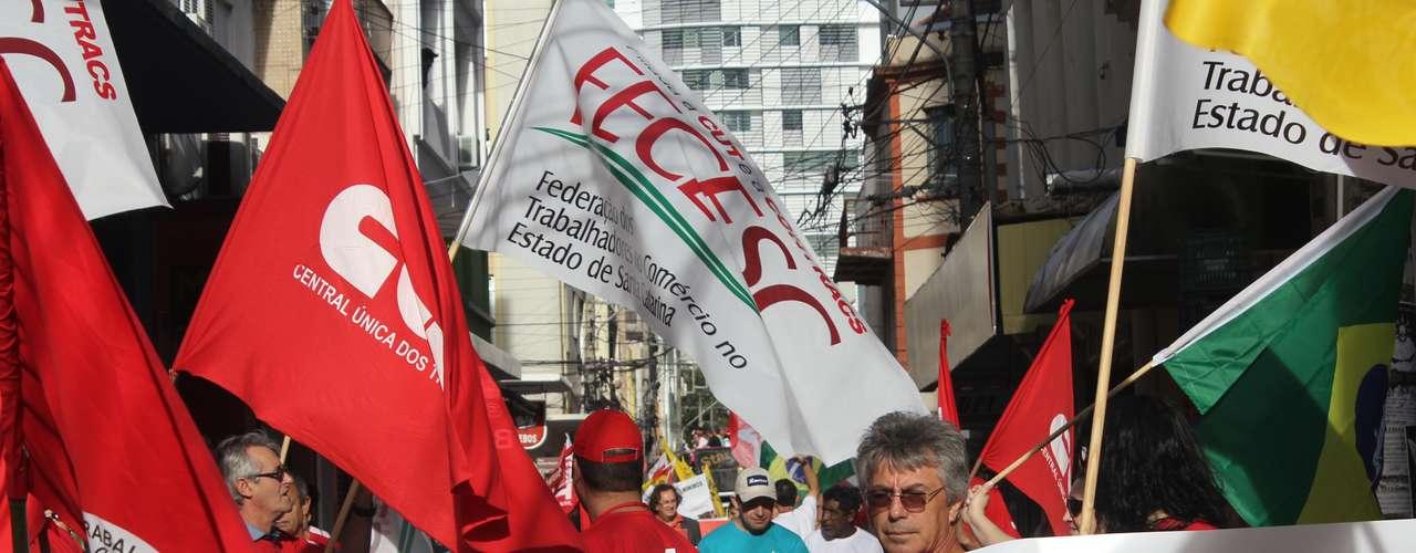 Florianópolis Cerca de 3 mil pessoas, segundo a Polícia Militar, seguiram em passeata pelas ruas da região central nesta quinta-feira