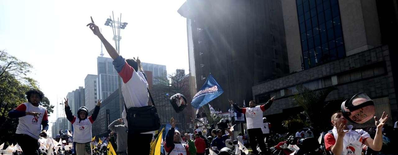 São Paulo Mais de mil motoboys se juntaram aos manifestantes sindicalistas na Paulista