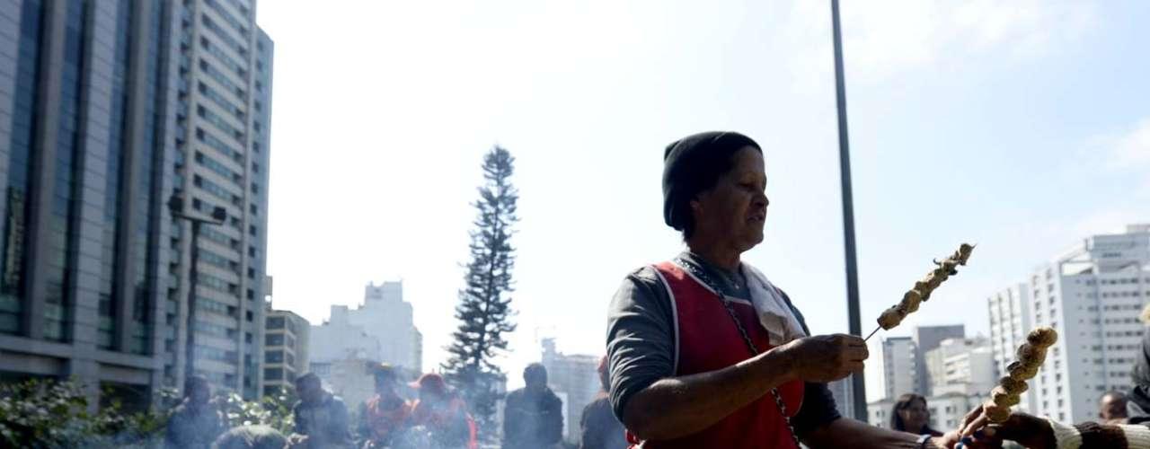 São Paulo Vendedores ambulantes aproveitaram a greve para trabalhar nas ruas e abastecer os manifestantes