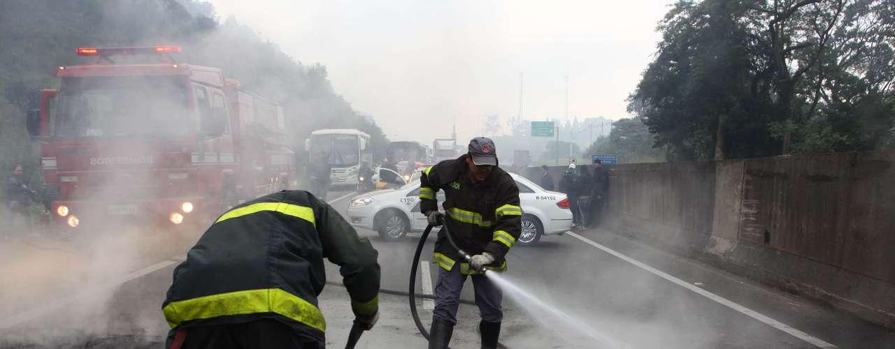 São Paulo Na rodovia Anhanguera, a pista expressa estava com tráfego interrompido no sentido interior