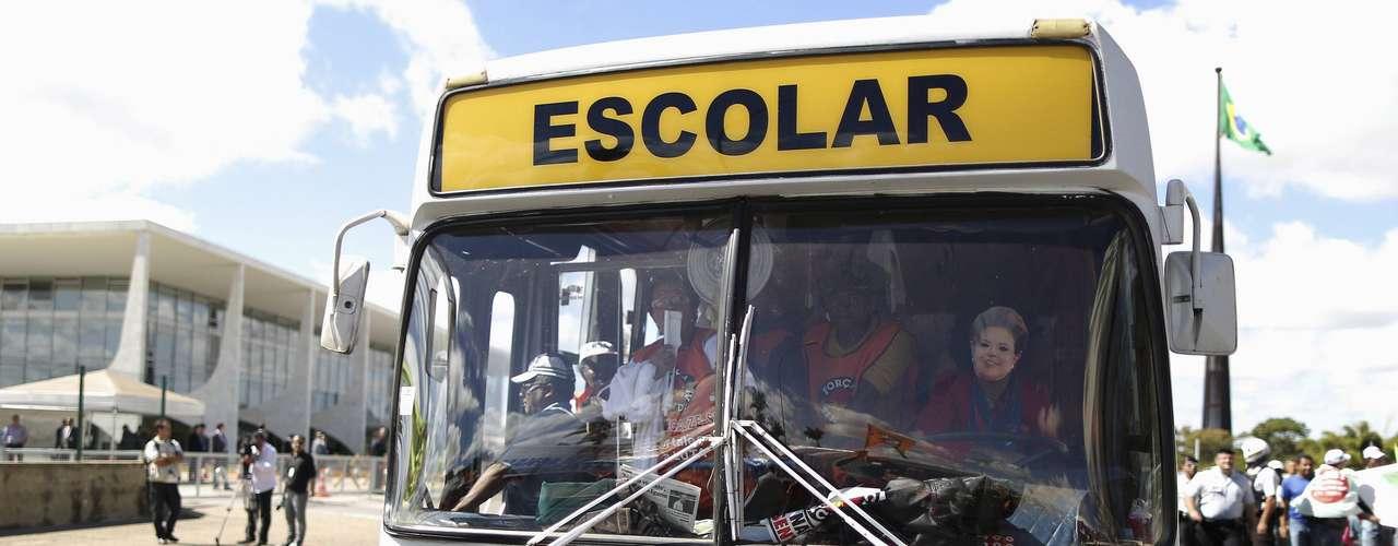 Brasília Outro manifestantes, também vestido com máscara da presidente Dilma Rousseff, dirige ônibus que cobra melhorias no transporte público do País