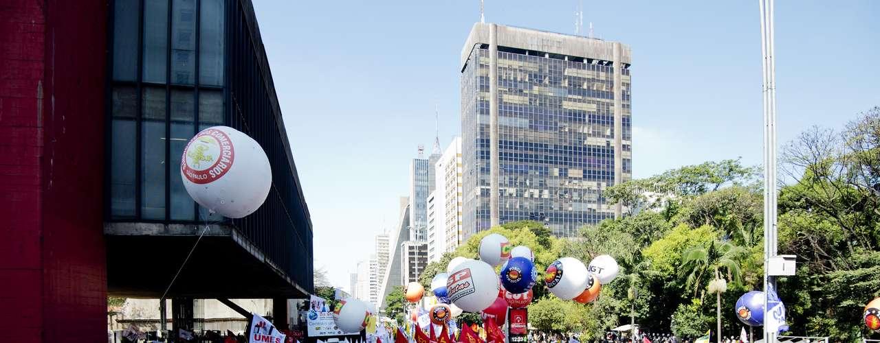 São Paulo Comerciários que saíram da Rua 25 de Março se reuniram na avenida Paulista, em frente ao Masp
