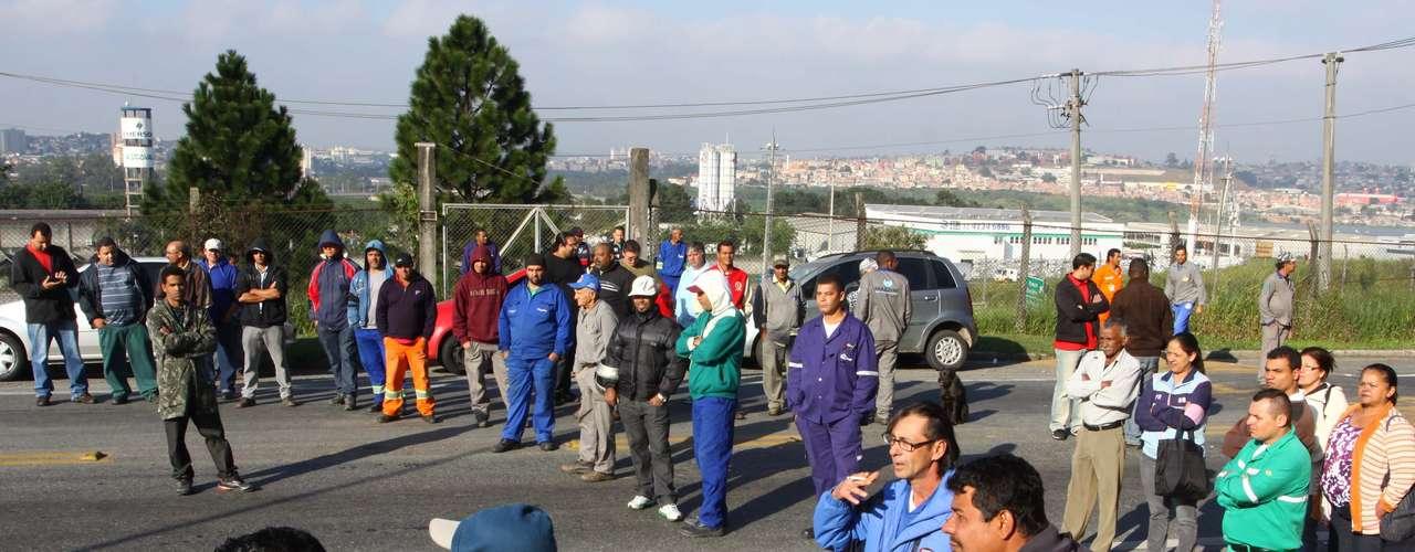 São Paulo Manifestantes bloqueiam o sentido interior da Rodovia Anhanguera, na altura do quilômetro 30, em Cajamar