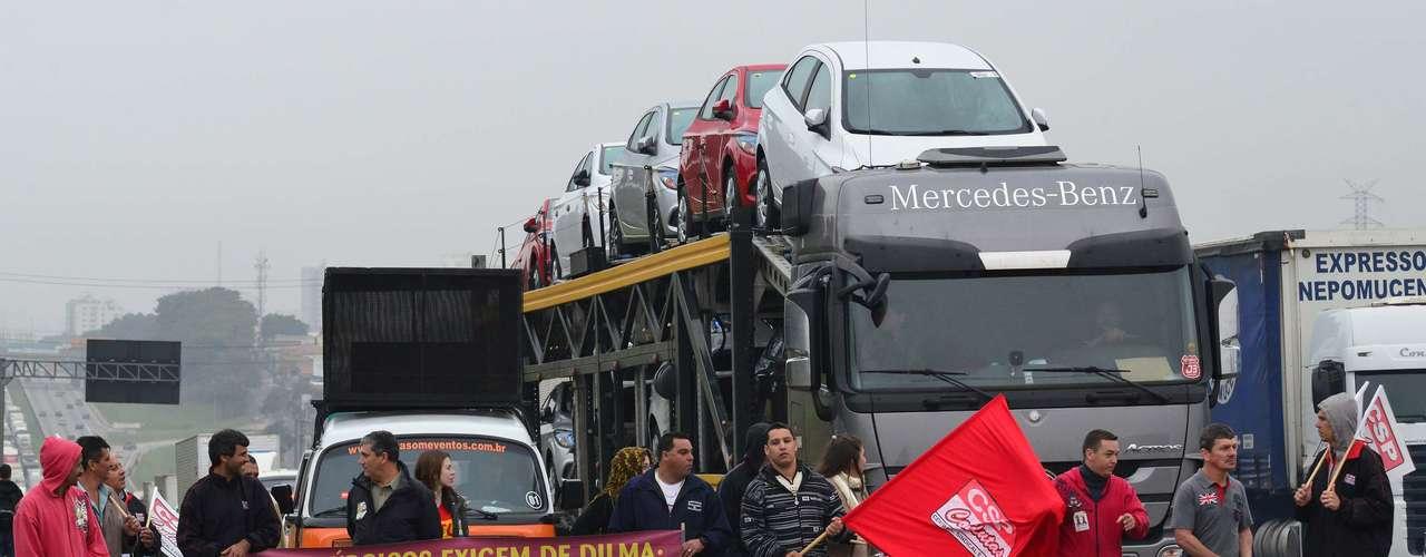 São José dos CamposManifestantes ocupam a Via Dutra reivindicado, entre outras coisas, redução da jornada de trabalho