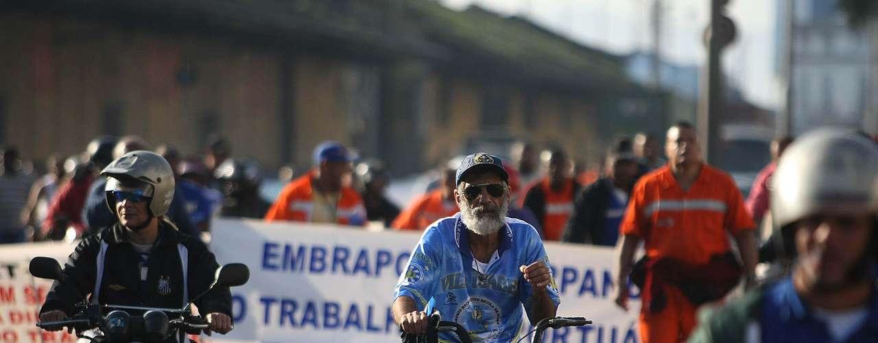 Santos Estivadores protestaram na manhã desta quinta na Avenida Portuária de Santos