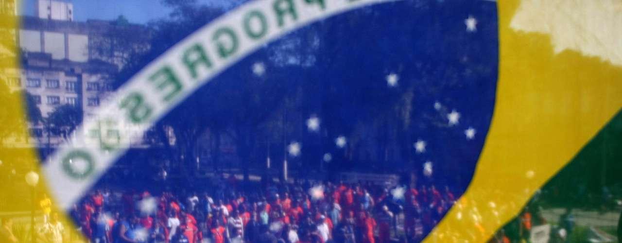 Santos Em adesão ao Dia Nacional de Luta convocado pelas centrais sindicais, os estivadores da Baixada Santista iniciaram ato de protesto às 7h da manhã desta quinta-feira, em frente ao cais do Porto de Santos