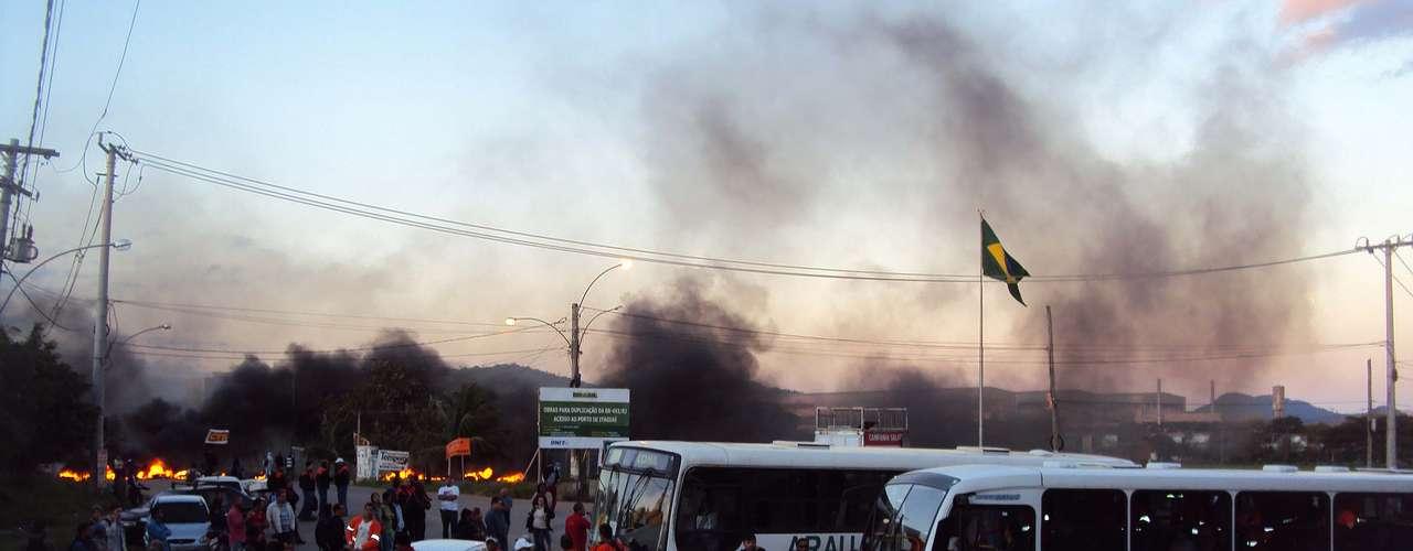 Rio de Janeiro Trabalhadores da Nuclepe fecharam a rua General Euclides de Oliveira, no bairro de Itaguaí, no Rio de Janeiro