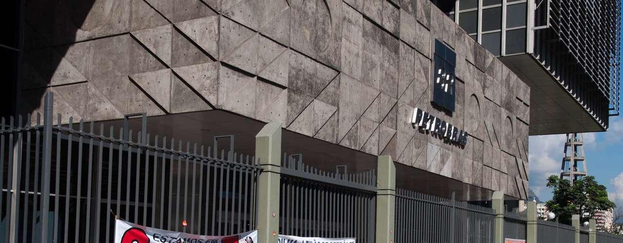 Rio de Janeiro Faixas foram presas às grades e panfletos distribuídos para pedestres em frente ao prédio da Petrobras no Rio