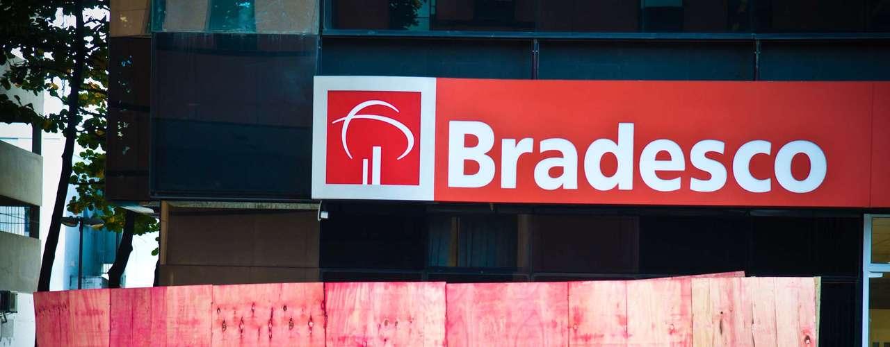 Rio de Janeiro Agências bancárias colocam tapumes nos bancos do entorno da prefeitura como medida de segurança contra depredações durante protestos