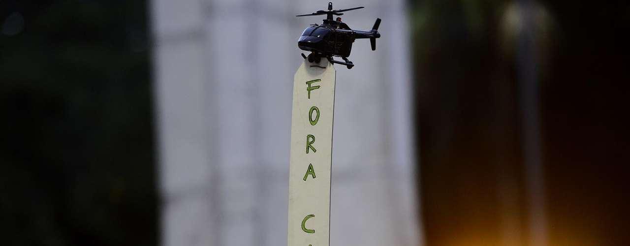 11 de julho -Em alusão à polêmica envolvendo Cabral por conta do uso de helicópteros do governo fluminense, alguns manifestantes levaram ao protesto helicópteros de brinquedo