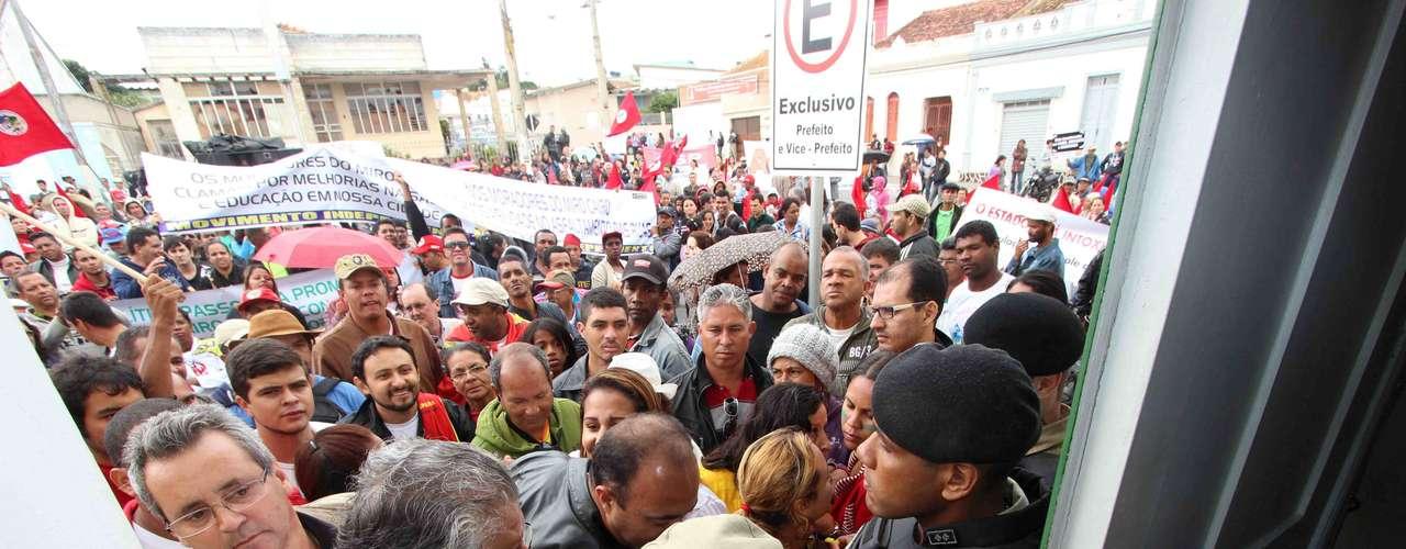 Vitória da ConquistaManifestantes ligados a sindicatos, partidos políticos e movimentos sociais tiveram sua entrada na prefeitura