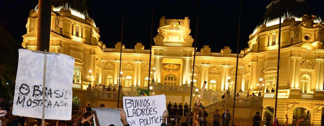 11 de julho - Por conta da manifestação, o comércio da região fechou as portas, temendo tumultos