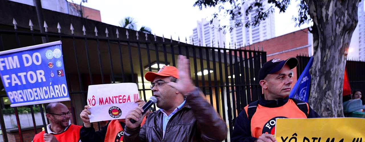 São Paulo Manifestantes levaram faixas pedindo \
