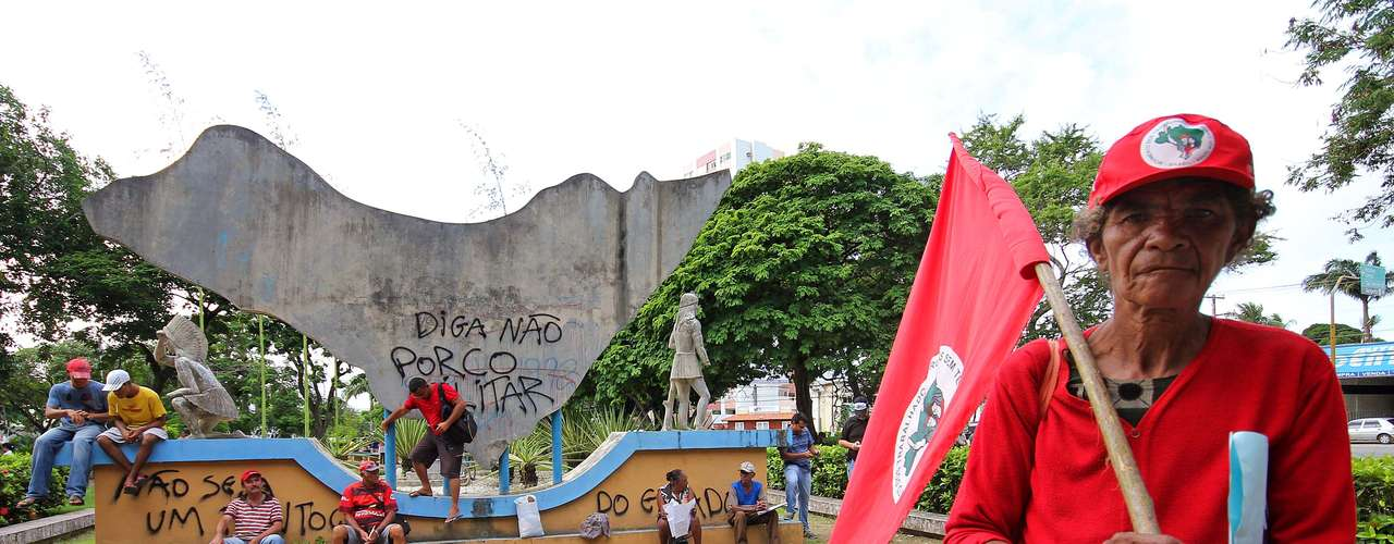 Maceió -  Protesto organizado pelas centrais sindicais, com concentração na praça Centenário, em Maceió (AL). A Central Única dos Trabalhadores em Alagoas (CUT) estima que milhares de trabalhadores tenham ido às ruas