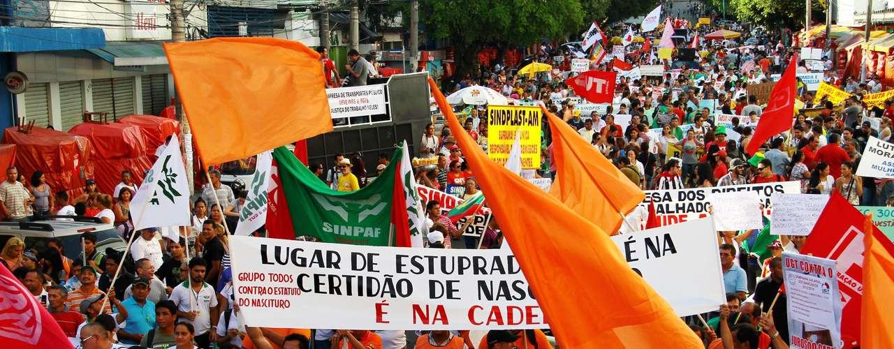 Manaus - Indígenas das etnias Sateré Maué e Cocama protestam na Avenida Eduardo Ribeiro, no centro de Manaus (AM)
