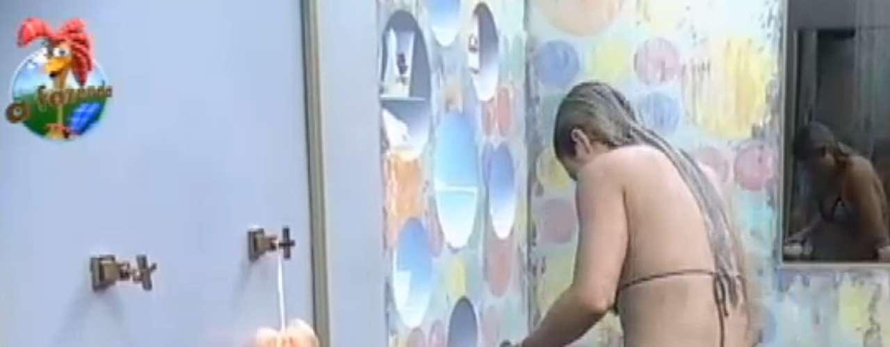 Aryane Steinkopf aproveitou o banho para se depilar com uma gilete. Com um biquíni pequeno, como de costume, ela exibiu boa forma
