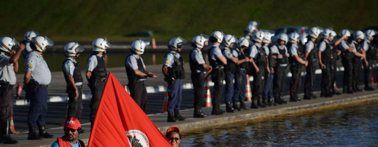 Brasília - Manifestantes que participam do Dia Nacional de Luta, convocado pelas centrais sindicais, protestaram em frente ao Congresso Nacional.