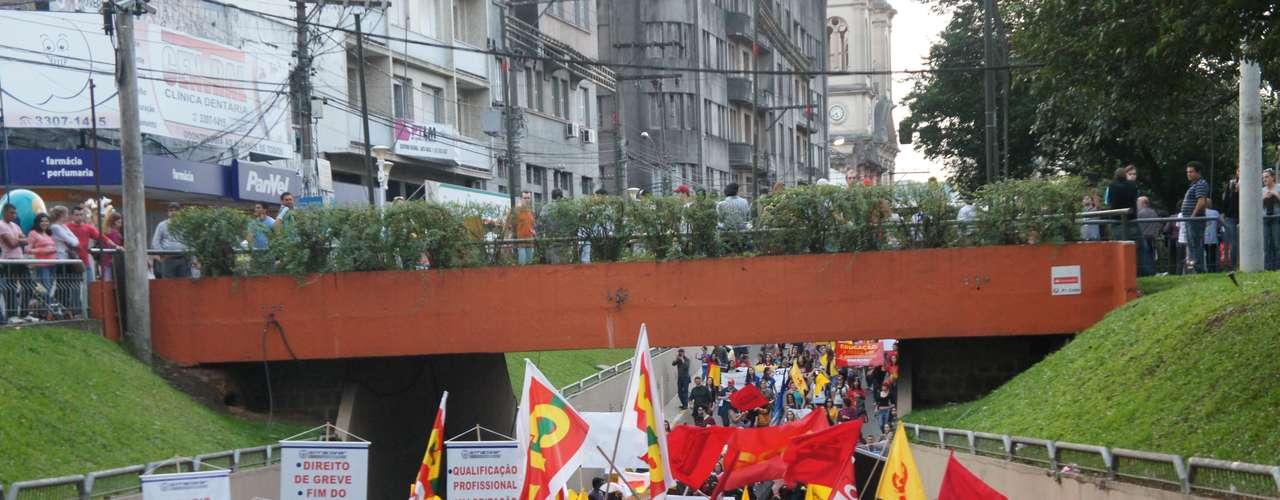 Santa Maria - Desde a metade da manhã desta quinta-feira, manifestantes começaram a se reunir na Praça Saldanha Marinho, no centro de Santa Maria, com camisetas, faixas e cartazes demonstrando suas reivindicações
