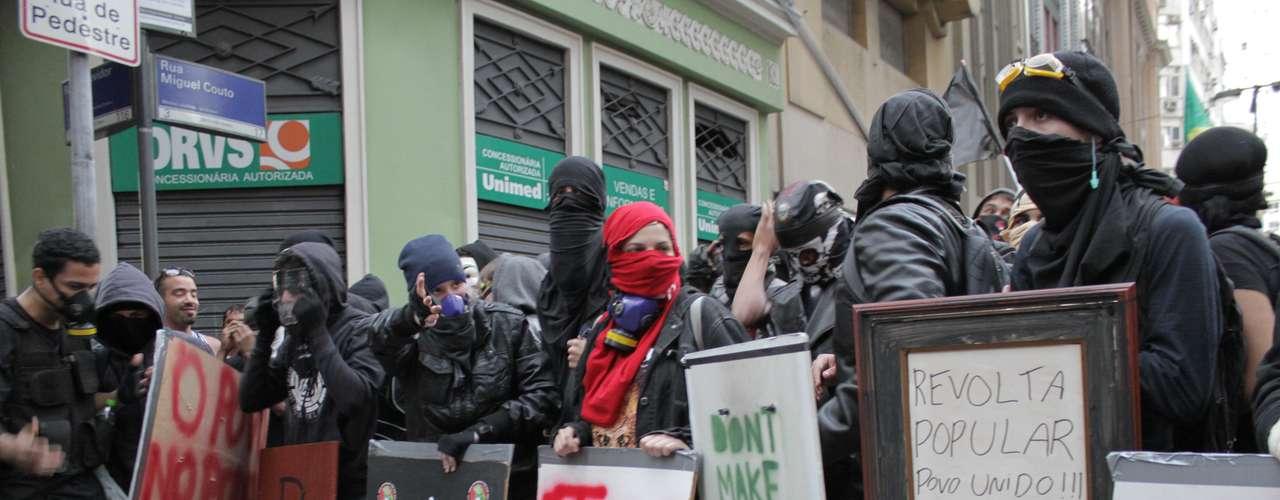 Rio de Janeiro - Como em outras manifestações pelo País, manifestantes empunhavam cartazes com reivindicações e bandeiras de cunho político
