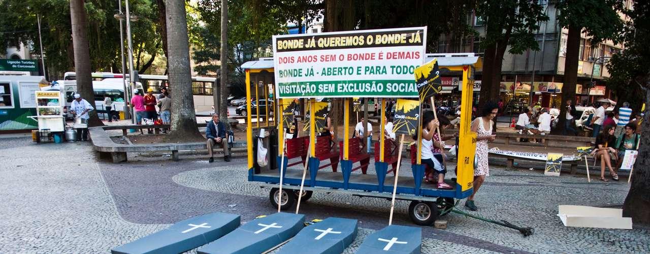 13 de julho - Moradores de Santa Teresa reclamam da demora para reposição do bonde no bairro do Rio de Janeiro, dois anos após acidente