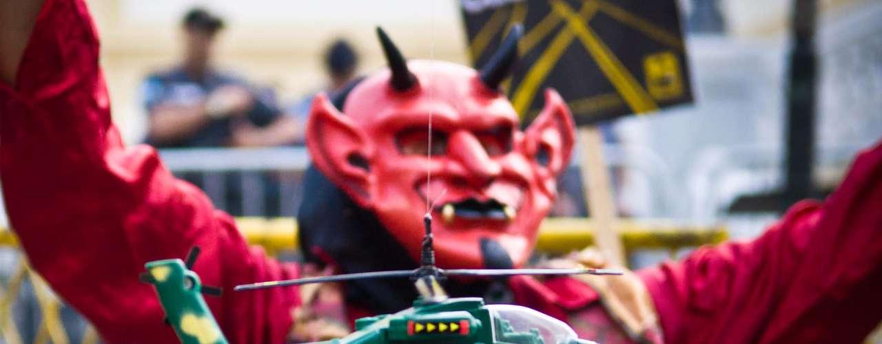 13 de julho - Com helicóptero de brinquedo, manifestante critica viagens frequentes do governador do Rio, Sérgio Cabral